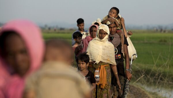 Пересечение границы Бангладеш-Мьянма представителями народности рохинджа. Архивное фото