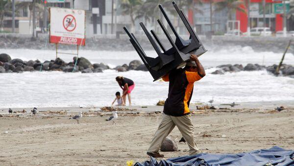 Мужчина на пляже в предверии урагана Катя в Веракрусе, Мексика. 7 сентября 2017