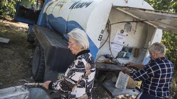 Жители Луганска набирают в канистры питьевую воду