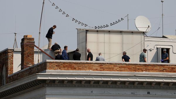 Люди на крыше здания Генерального консульства России в Сан-Франциско. 2 сентября 2017