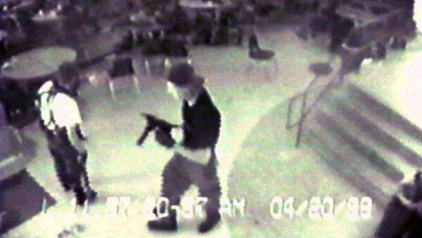 Эрик Харрис и Дилан Клеболд с полуавтоматическим пистолетом TEC-9 в кафетерии в средней школе Columbine в Литтлтоне, штат Колорадо, во время стрельбы в 20 апреля 1999 года, где они убили учителя и 12 студентов