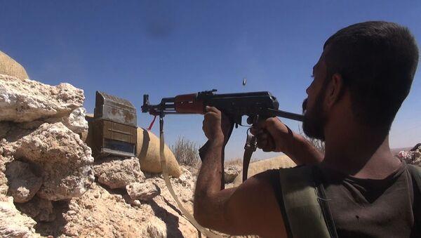 Бойцы сирийской армии во время операции по деблокированию авиабазы Дейр-эз-зор в районе господствующей высоты Аллуш