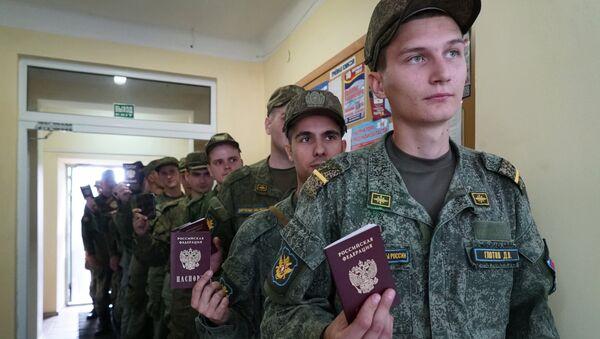 Военнослужащие в единый день голосования на избирательном участке №268 в Калининграде. 10 сентября 2017