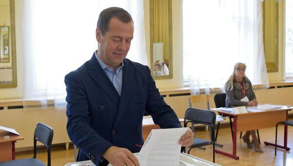 Дмитрий Медведев в единый день голосования на избирательном участке № 2760 в Москве. 10 сентября 2017