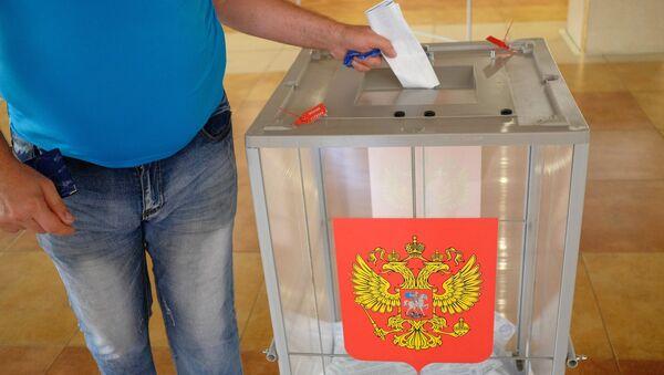 Избиратель в единый день голосования на избирательном участке. 10 сентября 2017