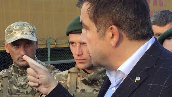 Михаил Саакашвили разговаривает с пограничниками на контрольно-пропускном пункте Шегини на украинско-польской границе. 10 сентября 2017