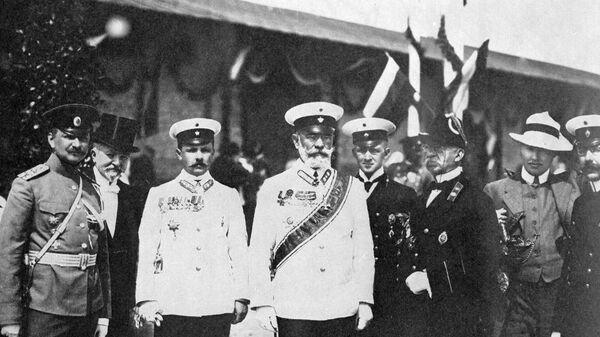 Германский император и король Пруссии Вильгельм II среди служащих охраны императорского поезда