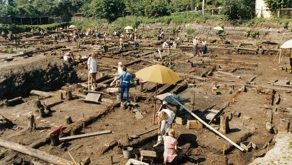 Сотрудники археологической экспедиции ведут раскопки около Троицкой церкви