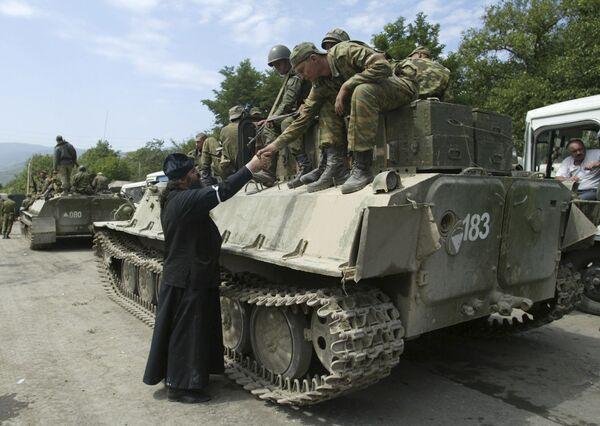 Священник приветствует Российских солдат в Цхинвале