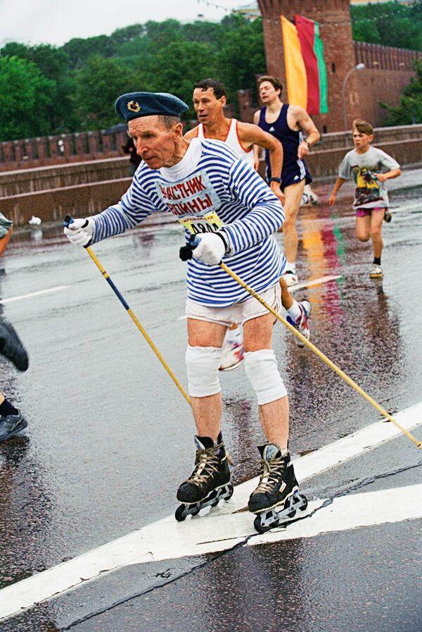 Участники Московского международного марафона мира на трассе