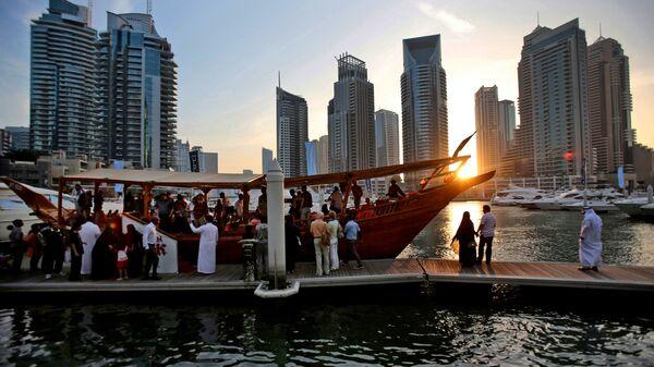 Туристы перед ночным круизом в Дубае