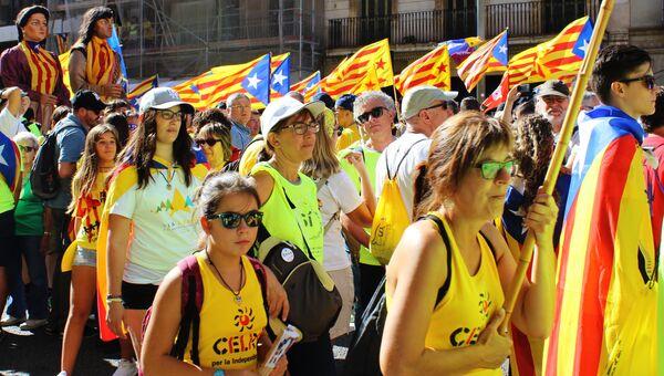 Участники акции на улицах Барселоны в поддержку референдума. Архивное фото