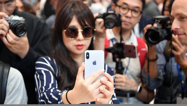 Девушка тестирует новый iPhone X в штаб-квартире Apple в Купертино