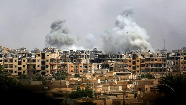 Дым после авиаудара сил коалиции в Ракке. Архивное фото