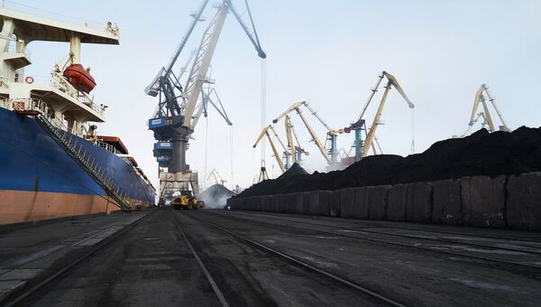 Разгрузка угля в одесском порту Южный. Архивное фото.