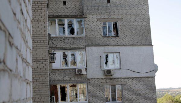 Повреждения жилого дома в результате обстрела в Донецке. Архивное фото
