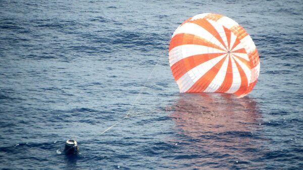 Космический грузовой корабль Dragon после приводнения в Тихом океане