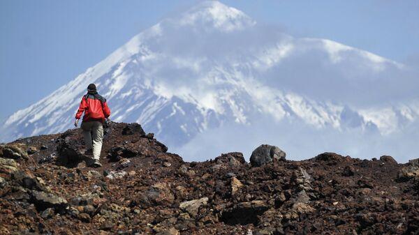 Турист во время подъема на второй конус Большого трещинного Толбачинского извержения (БТТИ) в Камчатском крае