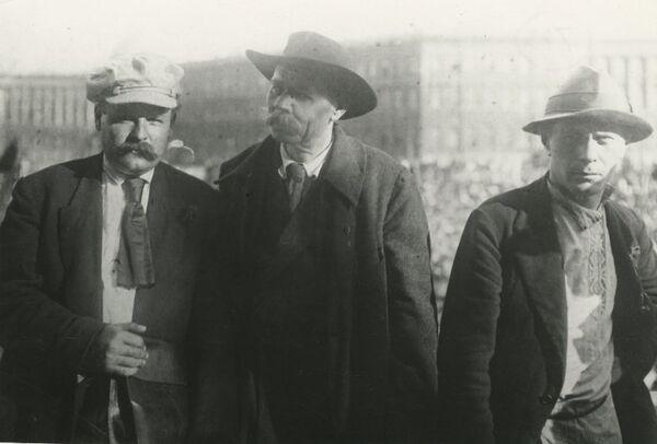 Писатель Максим Горький (в центре) с партийными деятелями Алексеем Бадаевым (слева) и Сергеем Зориным на Дворцовой площади в Ленинграде. 18 июля 1929 года.
