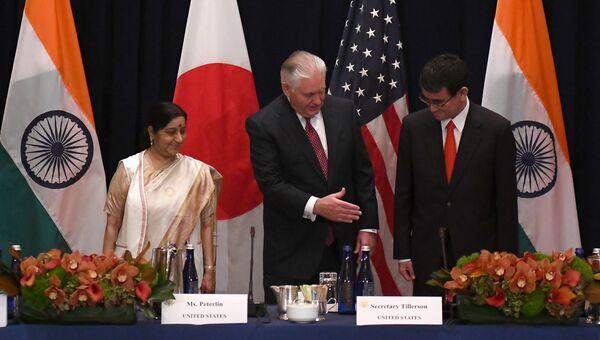 Глава МИД Индии Сушма Сварадж, госсекретарь США Рекс Тиллерсон и министр иностранных дел Японии Таро Коно во время встречи. 18 сентября 2017