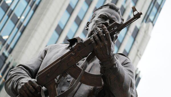 Памятник оружейнику Михаилу Калашникову в Москве