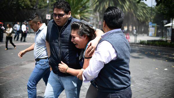 Люди во время землетрясения в Мехико
