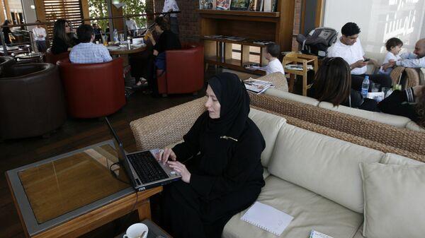 Женщина работает за компьютером в Саудовской Аравии