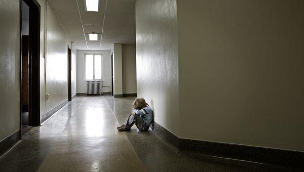 Ребенок в холле. Архивное фото