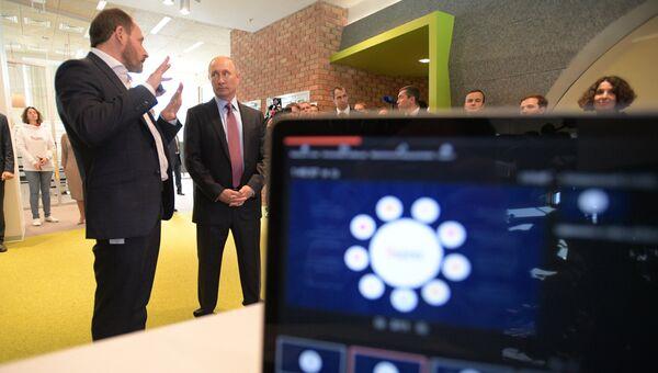 Президент РФ Владимир Путин и генеральный директор компании Яндекс Аркадий Волож (слева) во время посещения московского офиса отечественной ИТ-компании Яндекс, которой исполняется 20 лет