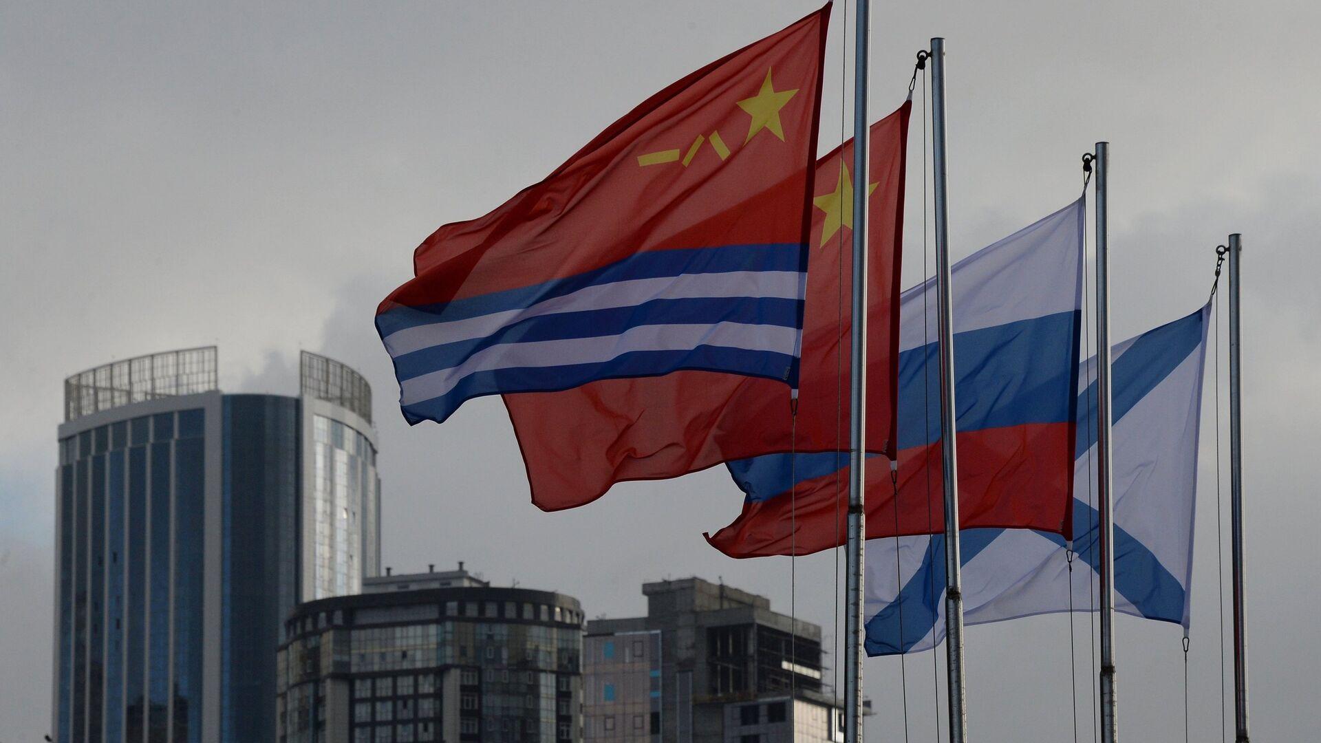 Государственные и военно-морские флаги России и Китая на 33-м пирсе во Владивостоке. 22 сентября 2017 - РИА Новости, 1920, 08.06.2021