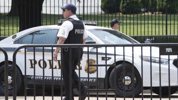 Сотрудники правоохранительных органов США у здания Белого дома в Вашингтоне