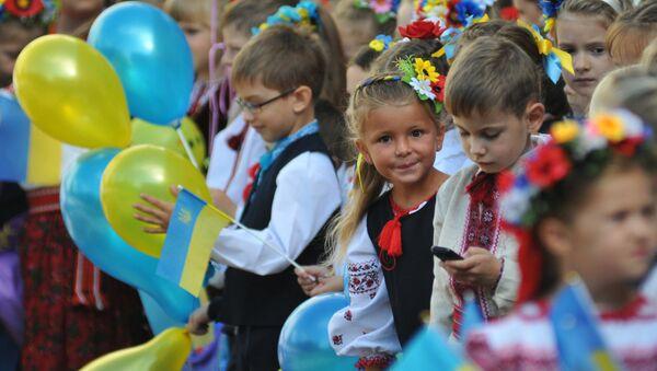 Ученики на линейке в одной из школ Львова