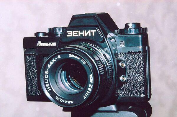 «Зенит» — один из немногих однообъективных зеркальных фотоаппаратов в мире, переделанных из дальномерной камеры. Всего выпущено почти  40 тысяч экземпляров