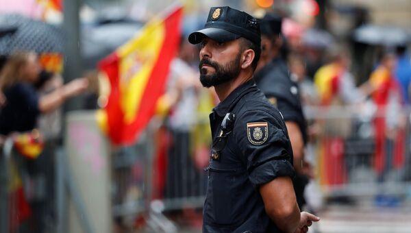 Испанские сотрудники национальной полиции во время демонстрации на площади Сан-Жауме в Барселоне, Испания