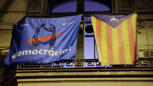 Агитационный плакат на одном из балконов в Барселоне. 1 октября 2017