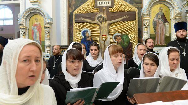 Певчие во время совершения чина освящения Успенского кафедрального собора в Ташкенте
