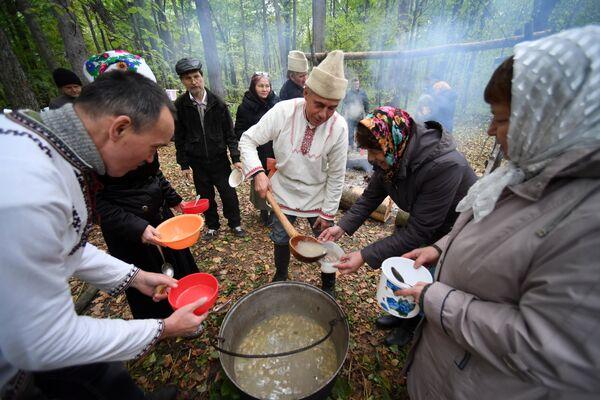Ритуальная трапеза последователей традиционной марийской религии после благодатного моления в священной роще