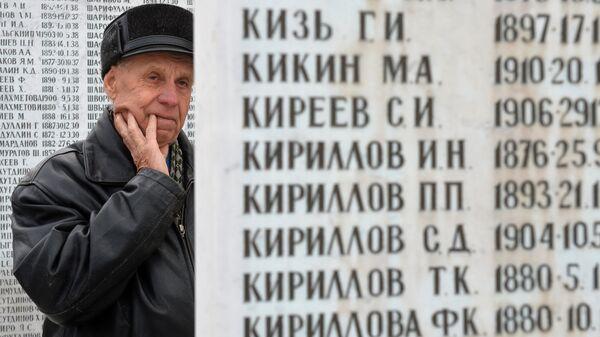 Мужчина в День памяти жертв политических репрессий у мемориала на Арском кладбище в Казани