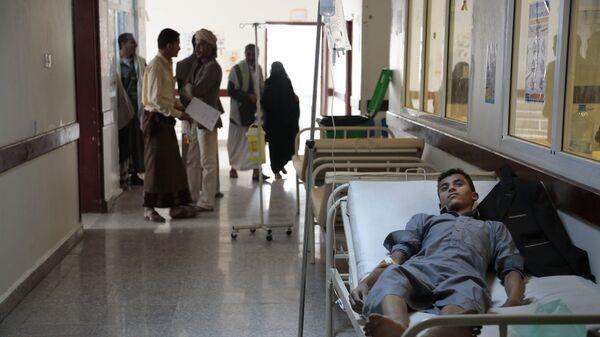 Мужчина получает лечение от холеры в больнице Саны, Йемен