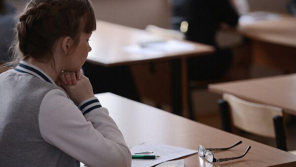 Ученица перед началом экзамена. Архивное фото