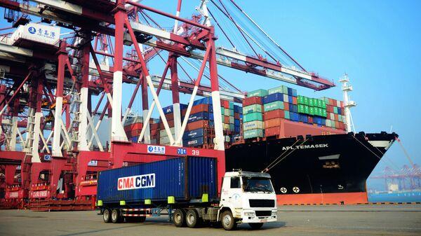 Судно с грузовыми контейнерами в китайском порту