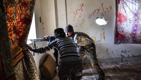 Члены Сирийских демократических сил (SDF), поддерживаемых спецслужбами США, в Ракке