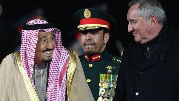 Король Саудовской Аравии Сальман Бен Абдель Азиз Аль Сауд и Дмитрий Рогозин во время официальной встречи в аэропорту Внуково-2. 4 октября 2017