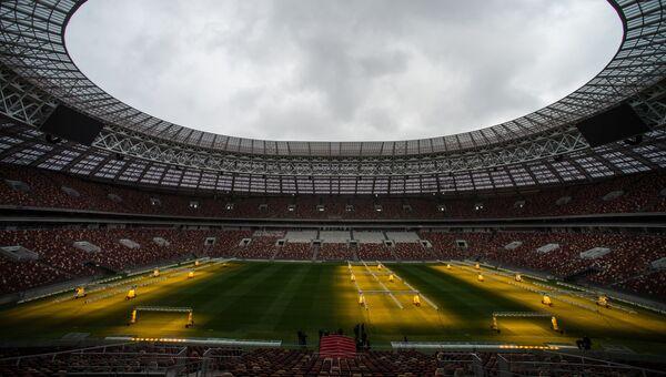 Система искусственного освещения, предназначенная для ухода за натуральным газоном, на стадион Лужники. 5 октября 2017