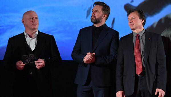 Актёры Виталий Хаев (слева), Владимир Вдовиченков (в центре) на премьере фильма Салют-7 в кинотеатре Октябрь