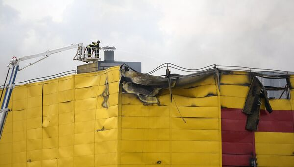 Последствия пожара на строительном рынке Синдика, расположенном у МКАД в районе Строгино. 9 октября 2017