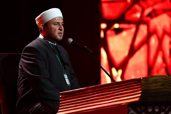 Участник из Сирии выступает на XVIII Московском Международном конкурсе чтецов Корана в Москве