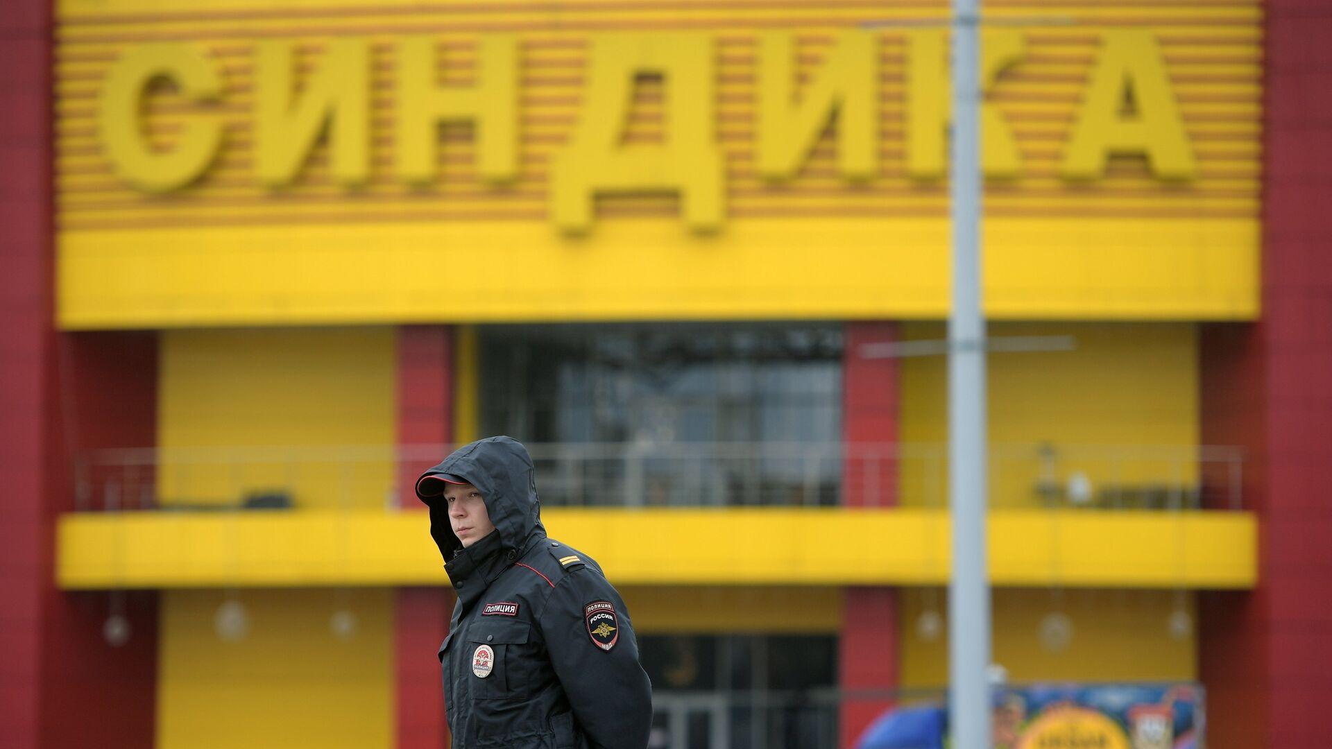 Сотрудник полиции на месте ликвидации последствий пожара на строительном рынке Синдика - РИА Новости, 1920, 11.06.2021