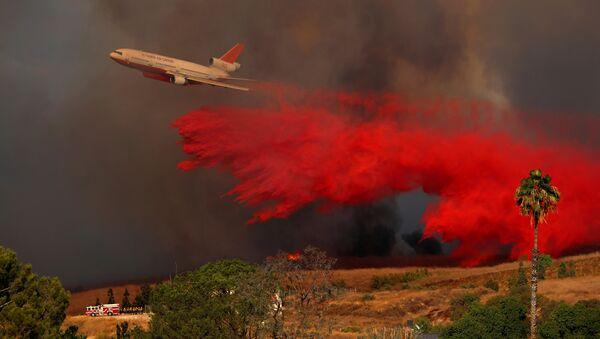Самолет DC-10 на тушении природного пожара в лесу в Ориндже, Калифорния, США. 9 октября 2017