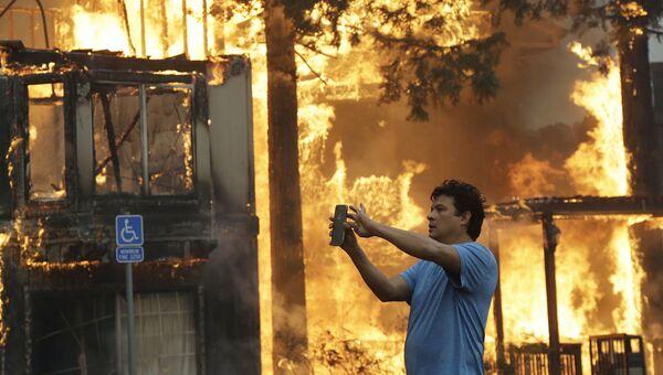 Гость отеля Hilton Sonoma Wine Country во время пожара в Санта-Розе, Калифорния, США. 9 октября 2017